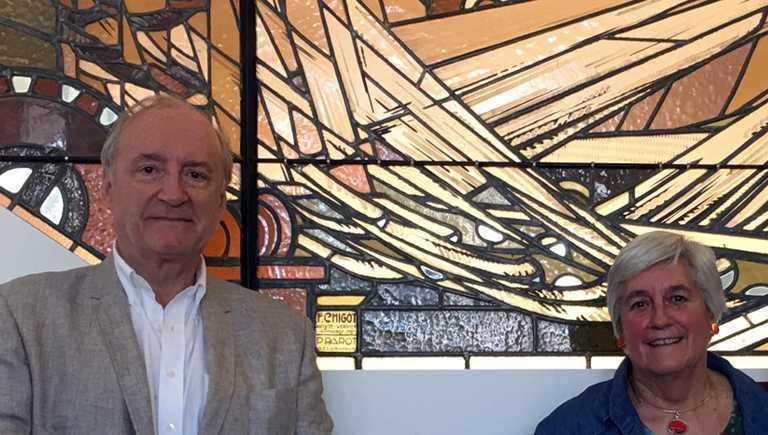 artine Tandeau de Marsac et Hubert Vedrine, président de l'association Francis Chigot, devant La Tapisserie, Aubusson
