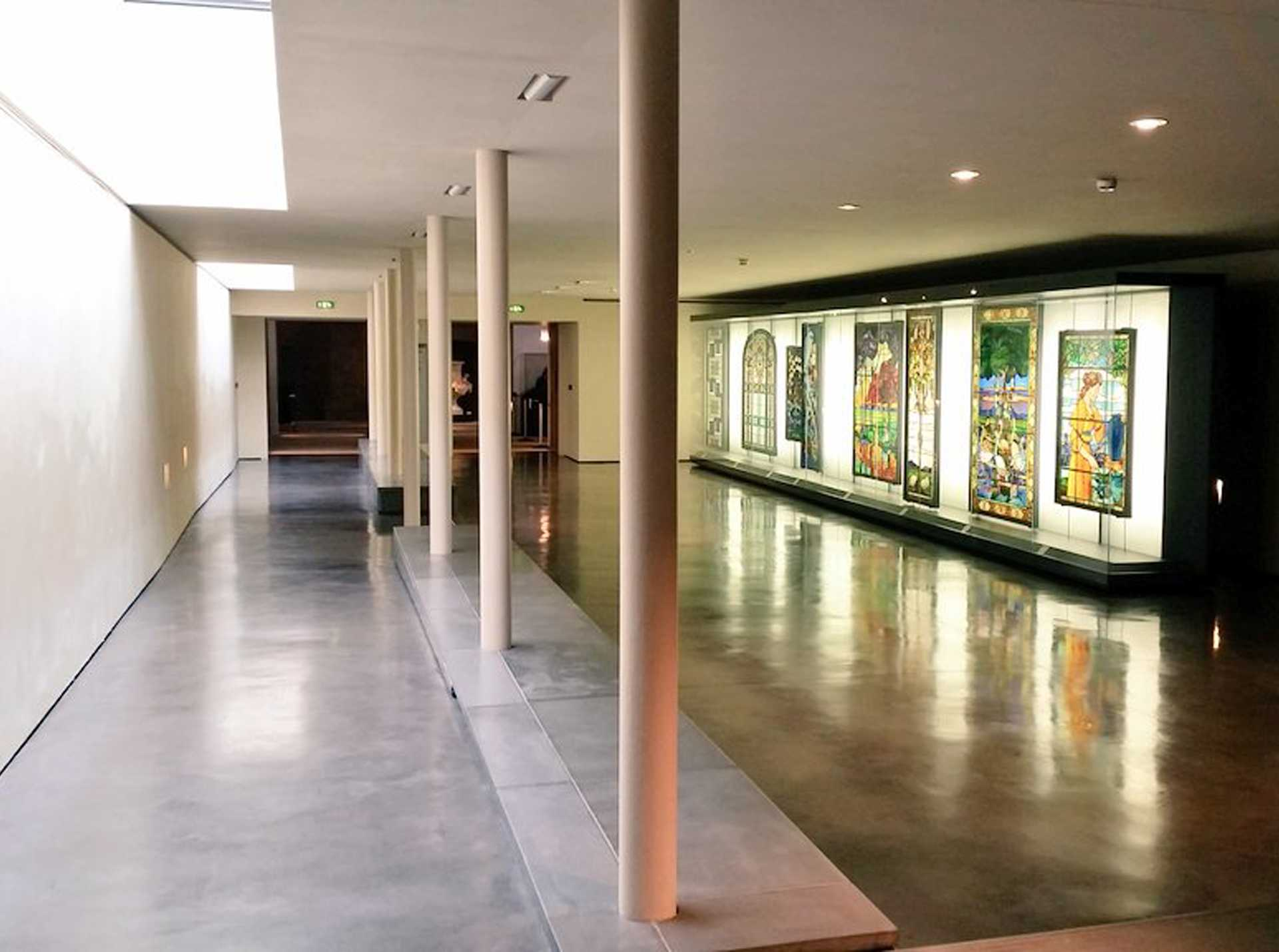 Vitraux de Francis Chigot exposés dans la Galerie de liaison du Musée BAL, Limoges © Mariette Escalier
